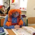 žákyně v kostýmu Sašetky ve školní lavici