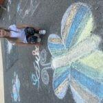 holčička s křídou nakresleným motýlem