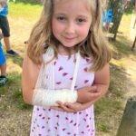 holčička s obvázanou rukou