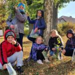 žáci s podzimními listy